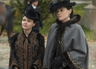 Lizzie (Christina Ricci) and her sister Emma (Clea DuVall)